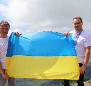 Синьо-жовтий стяг замайорів на закарпатській вершині Пікуй (фото)