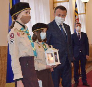 Представники скаутської організації «Пласт» завітали до сесійної зали Закарпатської облради із Віфлеємським вогнем миру
