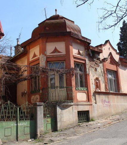 В Ужгороді просто зараз руйнують віллу в історичному кварталі