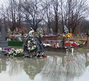 В Мукачеві кладовище опинилося під водою. Громада б'є на сполох, а влада бездіє (відео)