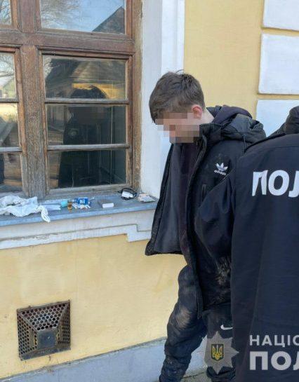 У Виноградові поліцейські вилучили у неповнолітнього хлопця зброю та наркотики
