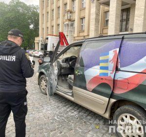 В Ужгороді правоохоронці затримали зловмисника-провокатора, який підпалив автівку під будівлею Закарпатської ОДА (відео)