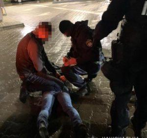 Впродовж години поліцейські Ужгорода затримали двох грабіжників