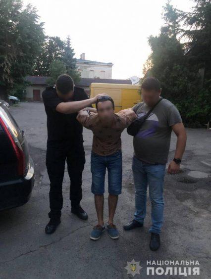 Поліцейські затримали закарпатця, який порізав дівчину, залишив помирати у зачиненій квартирі та намагався втекти