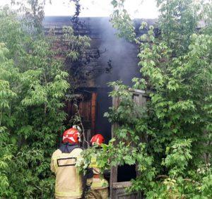 Ужгородські рятувальники ліквідували пожежу в закинутих гаражах