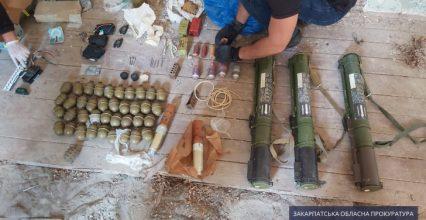 Кілька десятків гранат та вибухівка – на Берегівщині правоохоронці виявили масштабний арсенал зброї (фото)